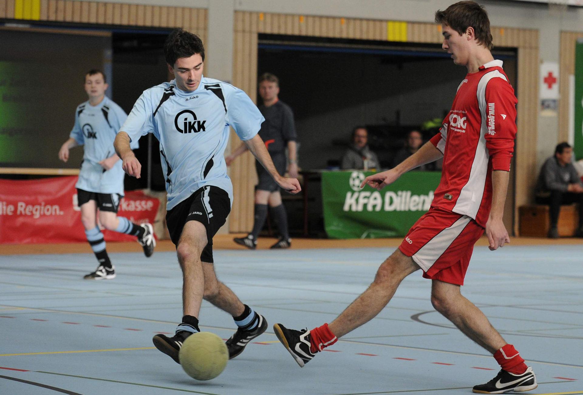 """Attraktiver Kick unter dem Hallendach! 59 Mannschaften haben ihre Meldung für den """"Alois-Plescher-Futsal-Winterpokal"""" abgegeben, der vom 3. bis 8. Januar in der Nassau-Oranien-Halle in Dillenburg über die Bühne geht."""