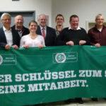 Gemeinsam mit Lahn-Dill-Landrat Wolfgang Schuster und Herborns Bürgermeister Hans Benner stellten sich die Gewinner und Platzierten der diesjährigen Ehrenamtsaktion auf Kreisebene dem Fotografen. (Foto: Spahn)