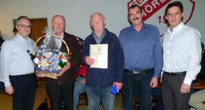 Günther Lehr (2.v.l.) ist seit 50 Jahren Spielleiter und nun Ehrenmitglied der Schiedsrichtervereinigung Dillenburg. Werner Scholl (Mitte) ist seit 40 Jahren Schiri. Den treuen Unparteiischen dankten HFV-Vize-Präsident Ralf Viktora (links), Kreis-Schiedsrichter-Obmann Jörg Menk (2.v.r.) und der stellvertretende Lehrwart Lukas Nöh (rechts). (Foto: Joachim Spahn)