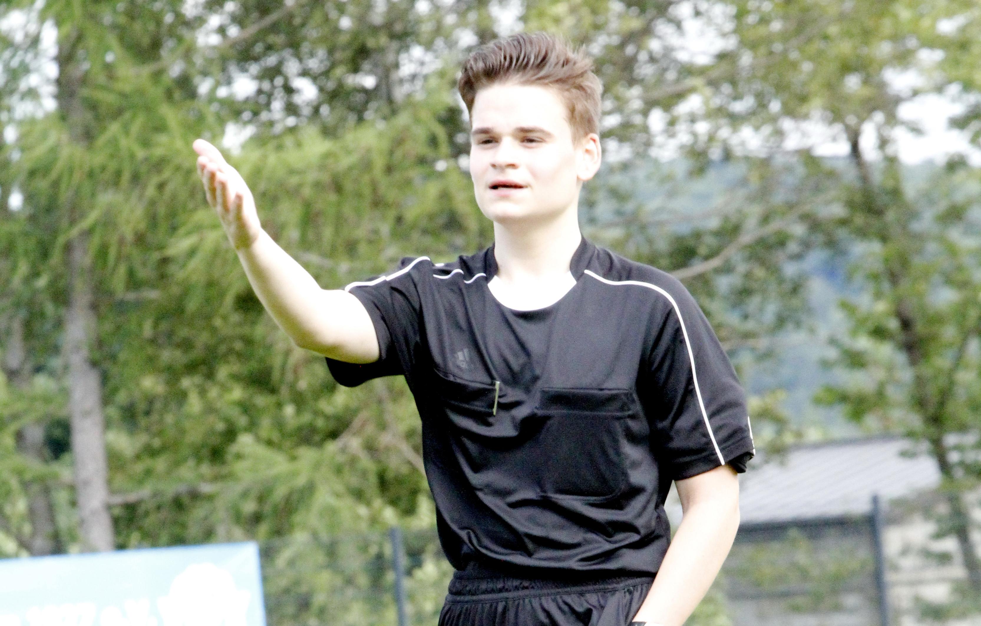 Erfolgreicher Dillkreis-Schiri: Schiedsrichter Dominik Bräunche (19, TSV Bicken) darf fortan Spiele bis zur Verbandsliga leiten. (Foto: Rolf Weichbold)