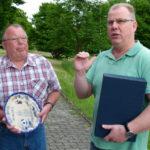 Bestürzung im Lager der Schiedsrichtervereinigung Dillenburg: Werner Sommer (links), der seit 1976 Unparteiischer gewesen war, ist am 15. September 2018 im Alter von 73 Jahren gestorben.